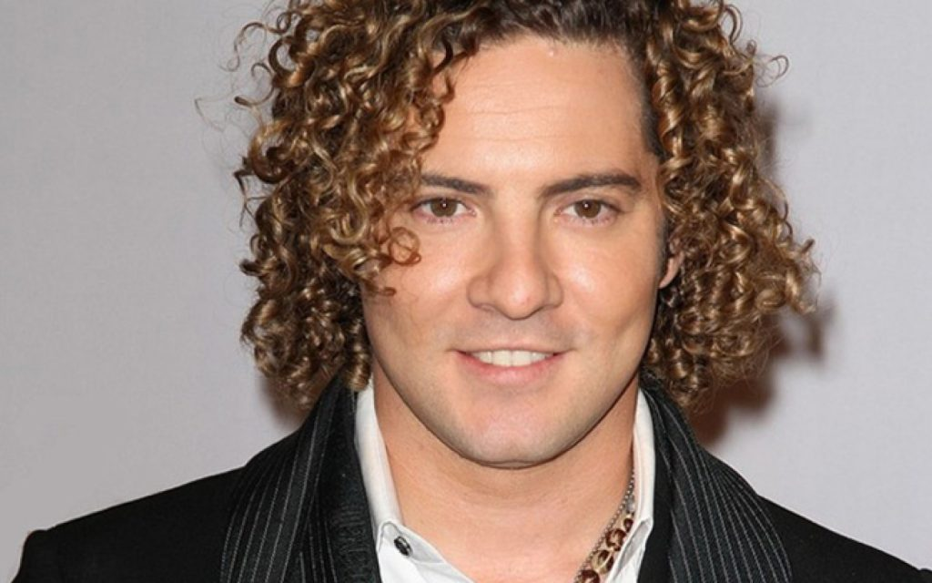 MIAMI - FEBRUARY 18: David Bisbal arrives at Univisions 2010 Premio Lo Nuestro a La Musica Latina Awards at American Airlines Arena on February 18, 2010 in Miami, Florida. (Photo by Alexander Tamargo/Getty Images)
